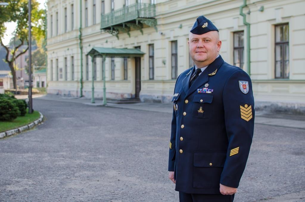 Lietuvos kariuomenės karinių oro pajėgų vyriausiasis puskarininkis srž. mjr. A. Tamošiūnas prie karinių oro pajėgų štabo Kaune.