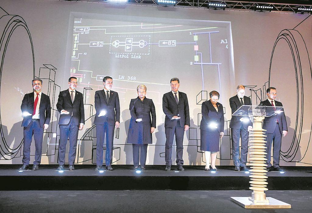"""Baltijos regiono valstybių vadovai ir Europos Komisijos atstovai simboliškai įjungia elektros jungtį su Lenkija """"LitPol Link"""" ir jungtį su Švedija """"NordBalt""""."""