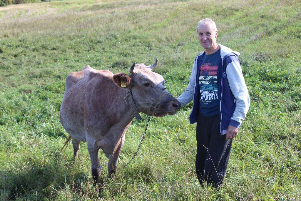 Ūkininkas Ričardas Tamulis tikisi, kad gavus paramą augintinės Mėtos pienas galės virsti skaniu sūriu. Jurgitos Ulkienės nuotr.