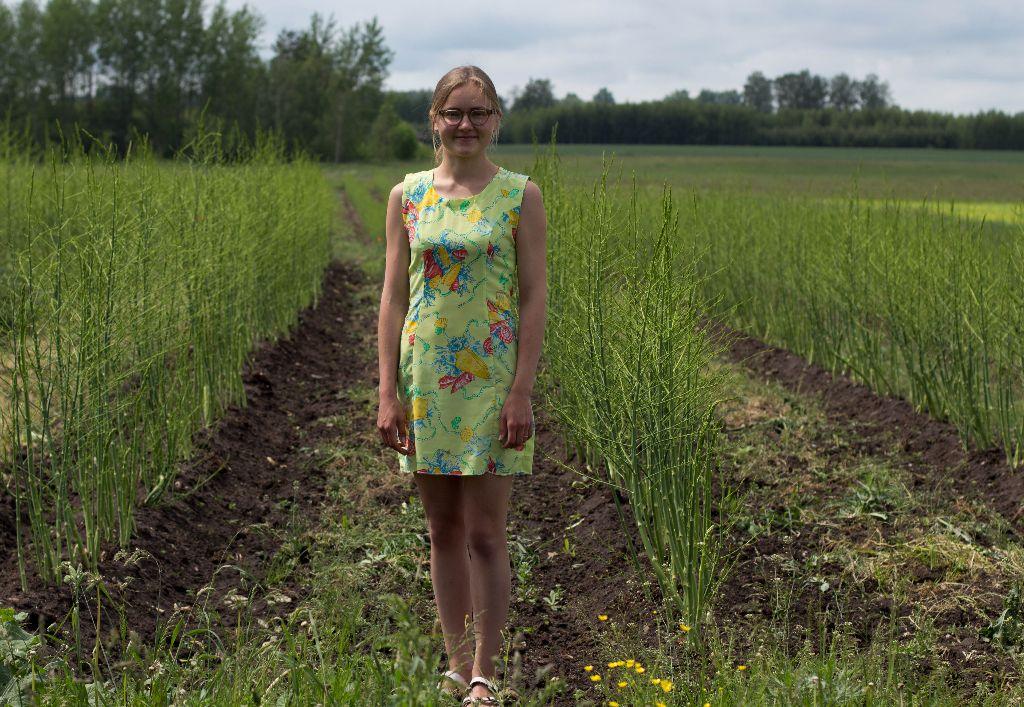 Ūkininkė Kotryna Meidė pastebi: be paramos jos šeima nebūtų galėjusi įsiveisti smidrų plantacijos, nes jų sodinukai yra gana brangūs. Nuotrauka Karolinos Baltmiškės.